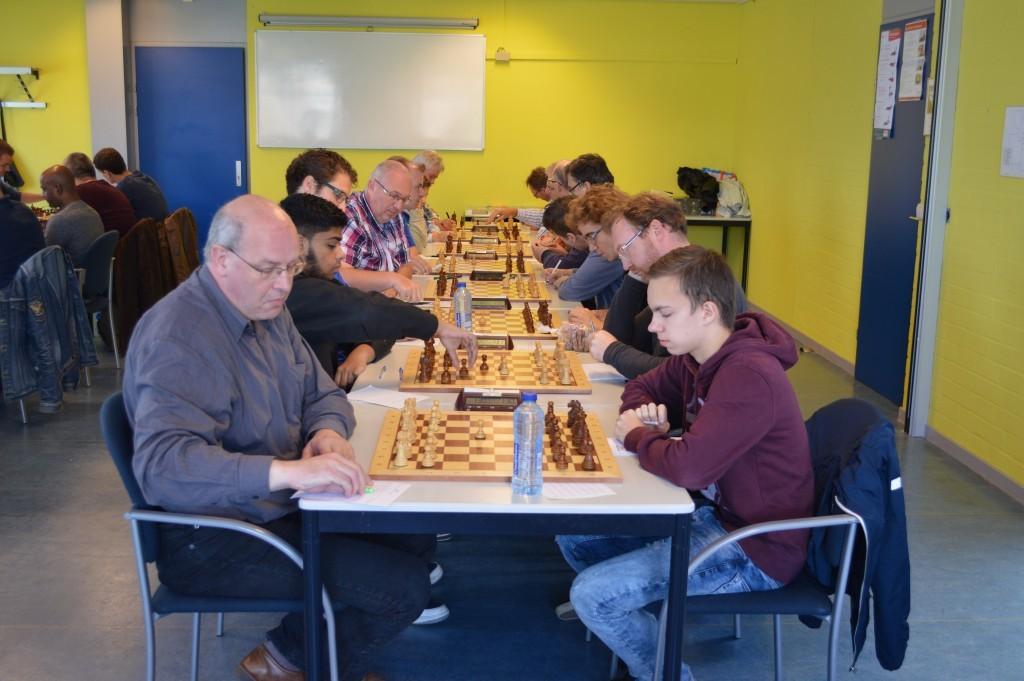 Almere-kopman Johannes Kossen heeft 1. d4 gespeeld tegen Seréyo Bekkink. Ook voor Caïssa-Eenhoorn 2 is de bondscompetitie begonnen.