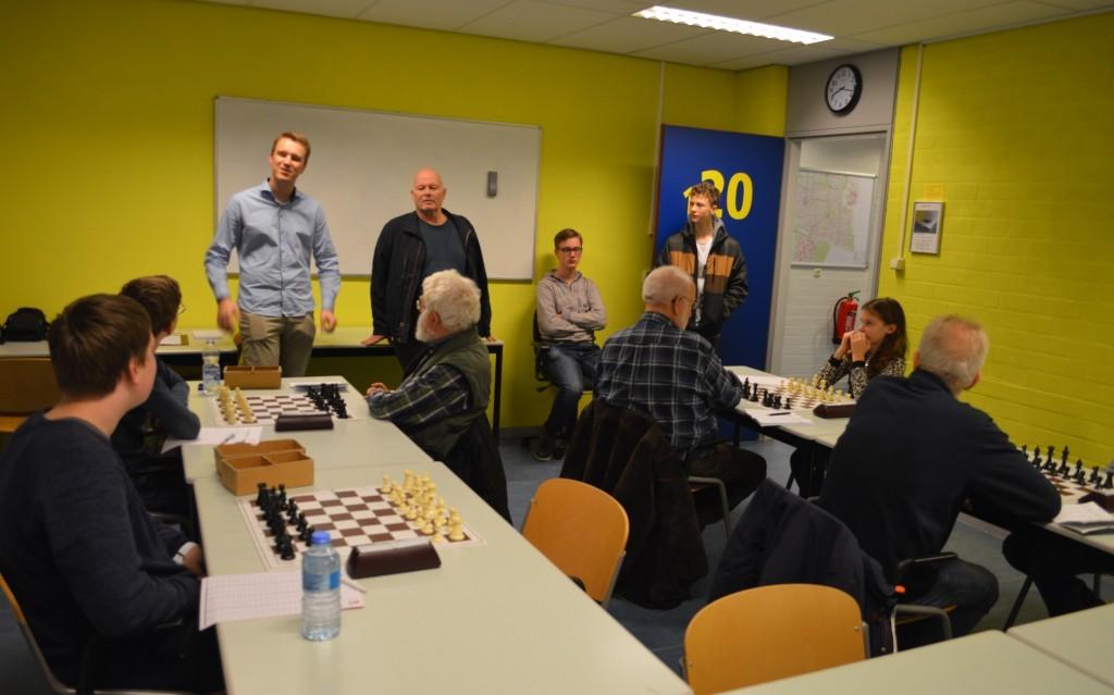 Namens Caïssa-Eenhoorn spreekt Robbert van Dijkhuizen het welkomstwoord. Naast hem staat wedstrijdleider Lourens van Veelen.