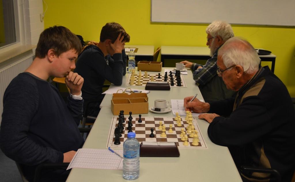 Klaas Jan Koedijk (links) kijkt al met een schuin oog naar wits loper op c4.
