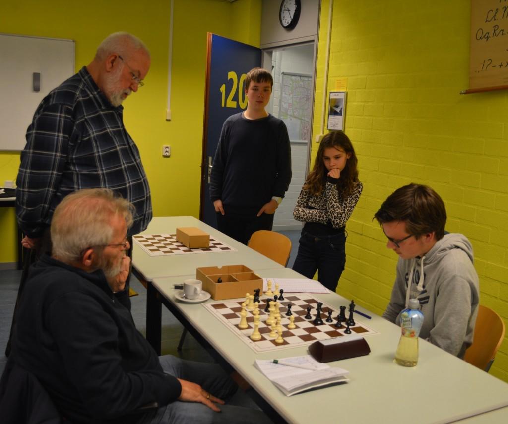 Leo van der Zwaard, Klaas Jan Koedijk en Robin Duson (vlnr) volgen aandachtig de partij Frans Kool - Rowan Louter. Wits c3 pion staat er nog op.