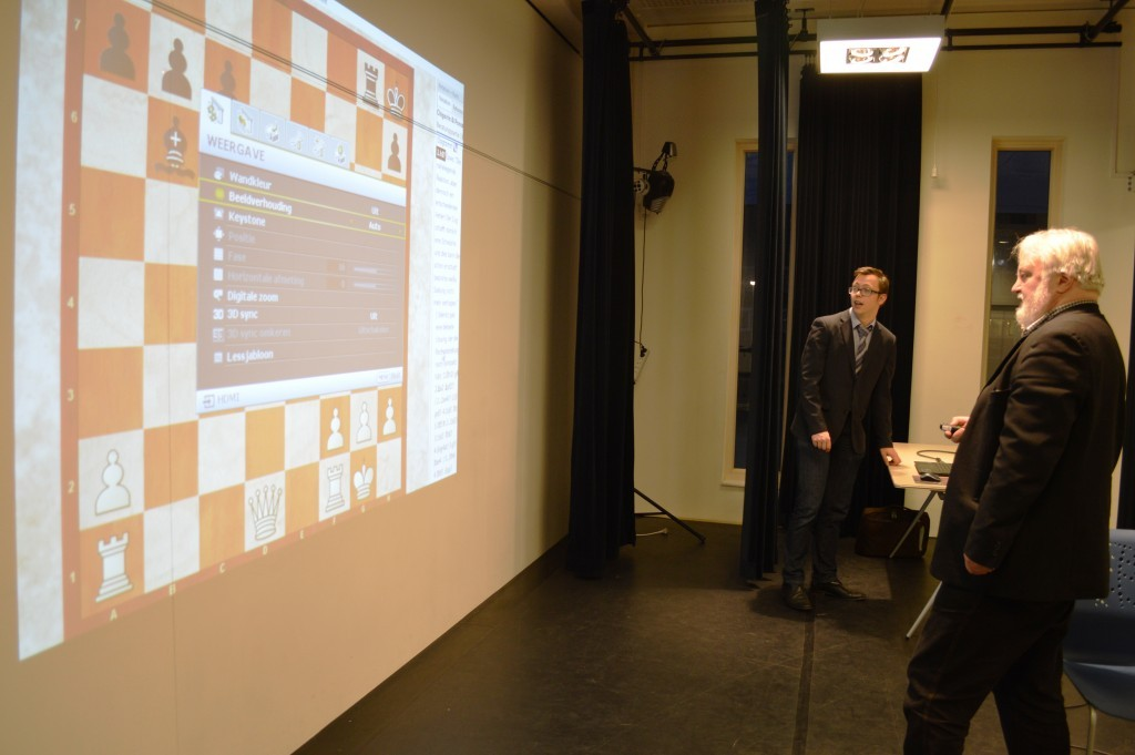 Bestuurslid en computerdeskundige Sernin van de Krol en Artur Jussupow testen de beamer.