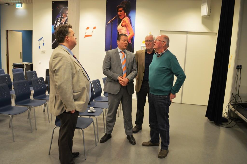 De Hoornse sportwethouder Ben Tap (tweede van links) wordt bijgepraat door voorzitter Fred Avis, penningmeester Arend Stapel en Gerrit Roos, gastheer voor Artur Jussupow (vlnr).
