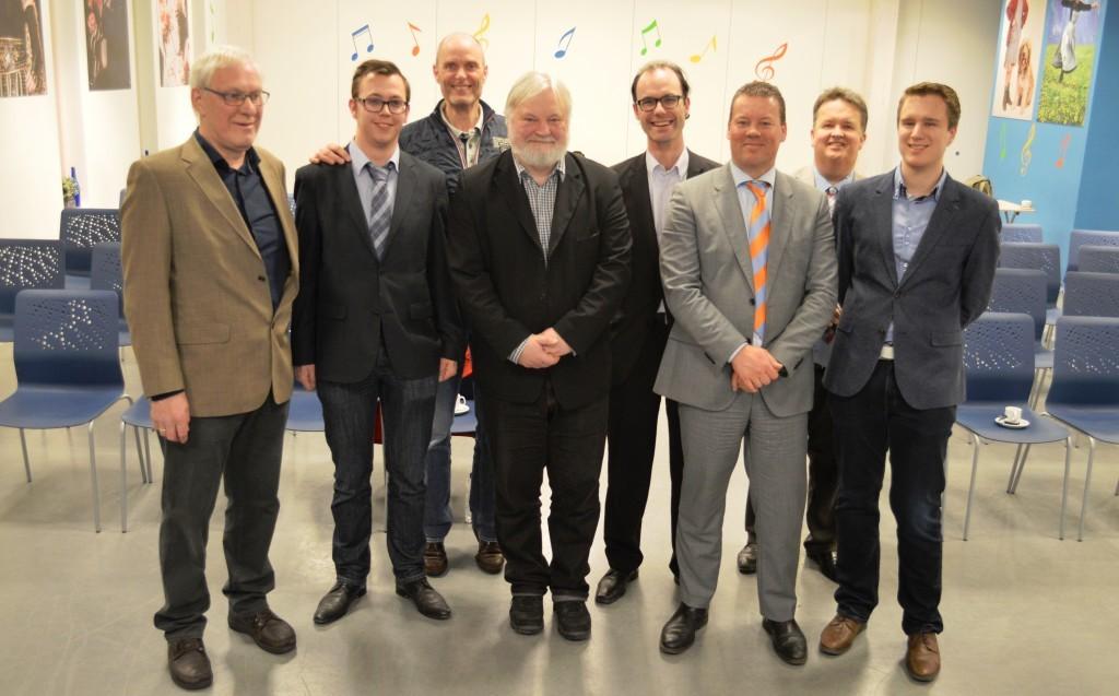 Het bestuur van Caïssa-Eenhoorn met in het midden grootmeester/topschaaktrainer Artur Jussupow en wethouder Ben Tap.