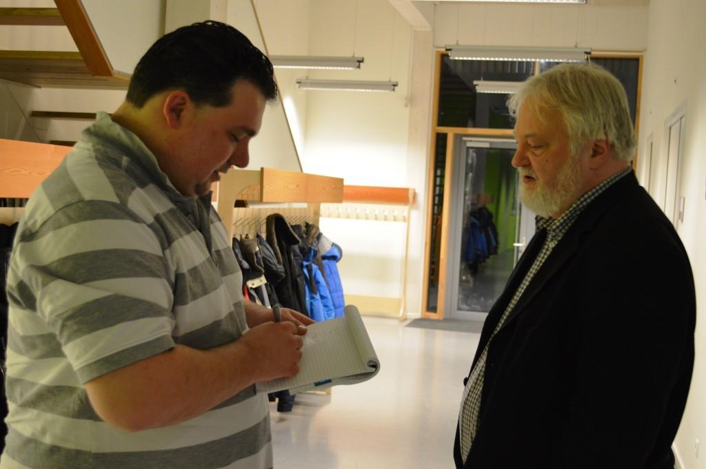 Verslaggever Warner de Weerd praat in de pauze met Artur Jussupow.