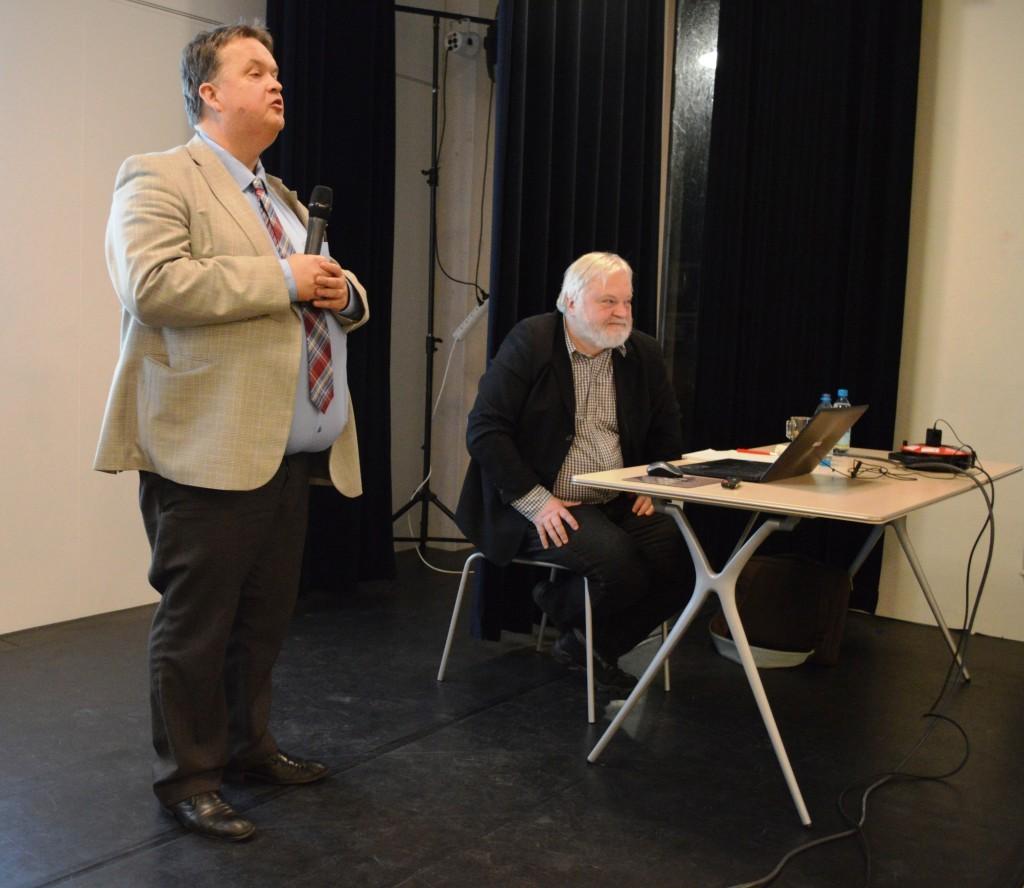 Caïssa-Eenhoorn-voorzitter Fred Avis bedankt Artur Jussupow voor zijn boeiende avond over het verdedigen in een schaakpartij.