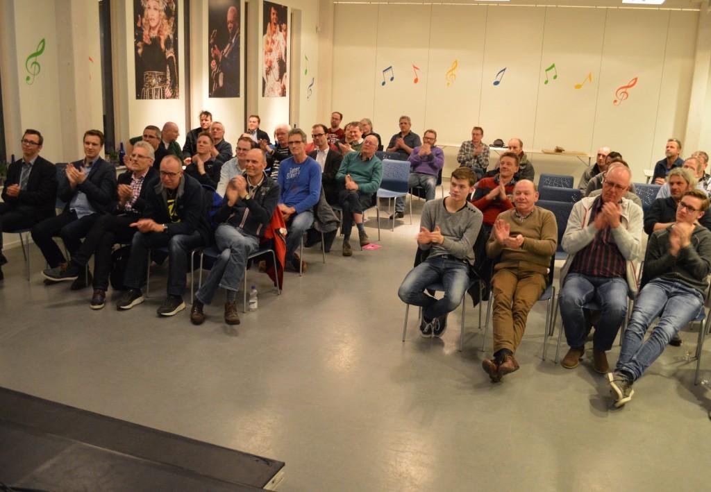 Het publiek bedankt met applaus Artur Jussupow.