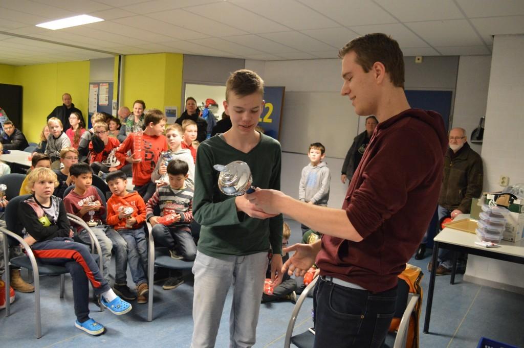 Als eerste speler krijgt David Verweij uit handen van Robbert van Dijkhuizen, bestuurslid jeugd, de wisselbeker van het snelschaak-jeugdkampioenschap van Caïssa-Eenhoorn overhandigd.