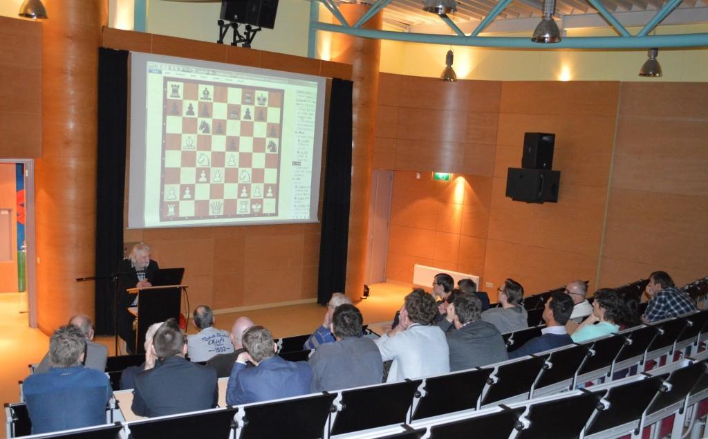 De 'studenten' van Caïssa-Eenhoorn volgen Carlsen - Karjakin 1-0 op de voet. Het scherm tont de stelling na 11. Pc4.