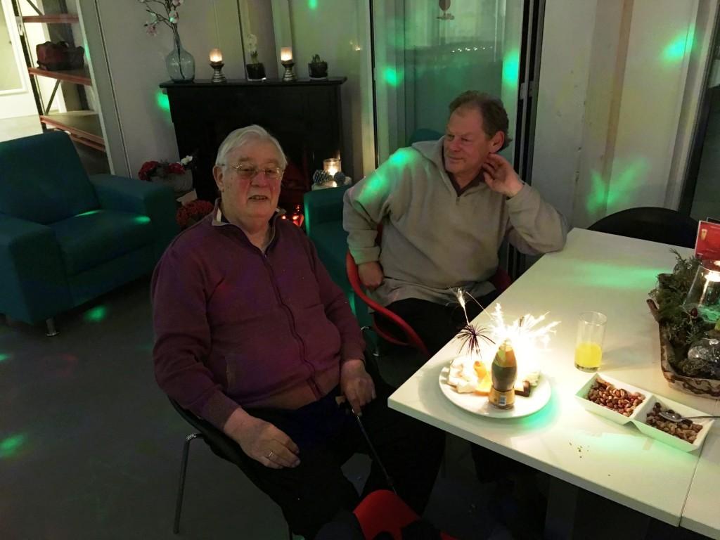Sterretjes en een drankje voor de 90-jarige Frans Bouwman die - nadat het vuur is gedoofd - met Co Buysman op zijn schaakloopbaan zal terugblikken.