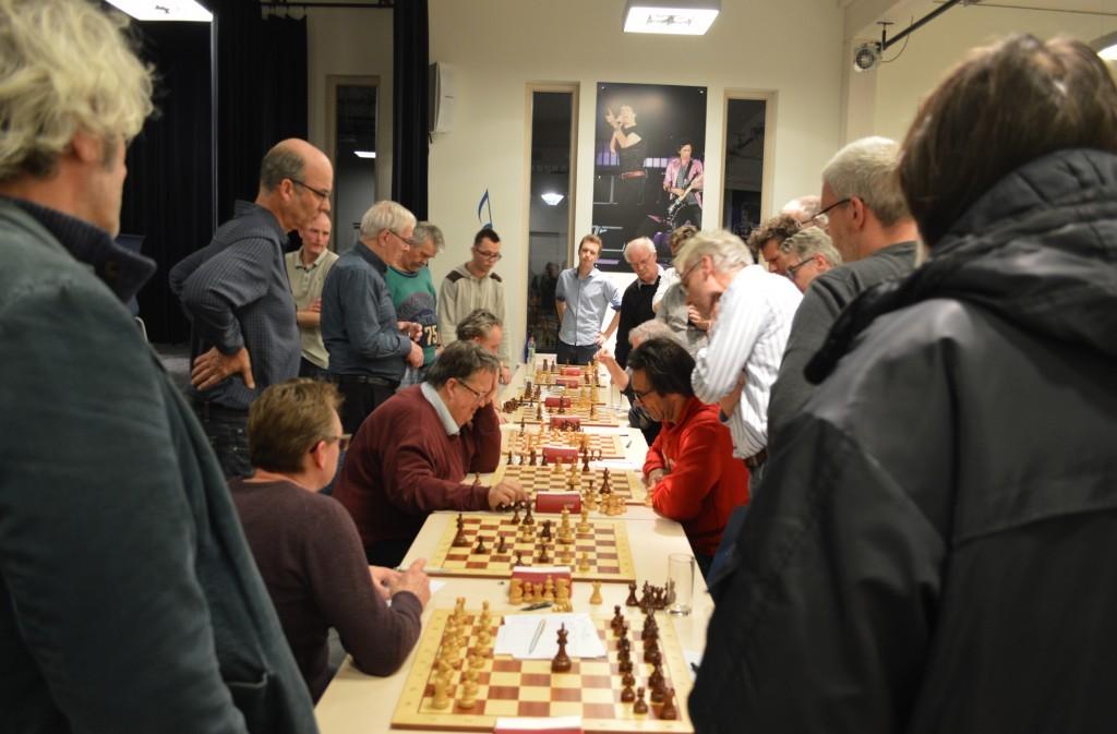 Grote spanning bij Caïssa-Eenhoorn 3 - HWP 3. Op bord 6 spelen Fred Avis (links) en Cees Visser. Aan publieek geen gebrek.