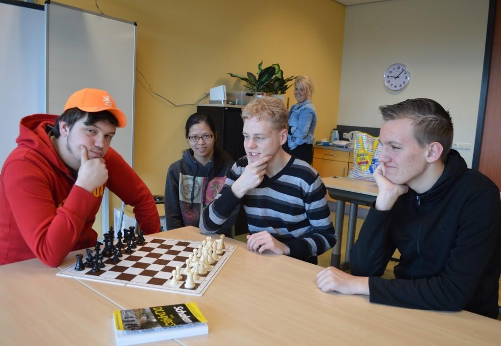 Vier jonge schaakliefhebbers van De Stormvogel. Vlnr Karel, Ayla, Jacco en Jacco.