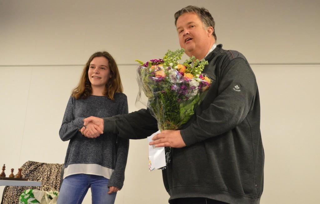 Caïssa-Eenhoorn-voorzitter Fred Avis feliciteert Robin Duson met haar nationale titel.