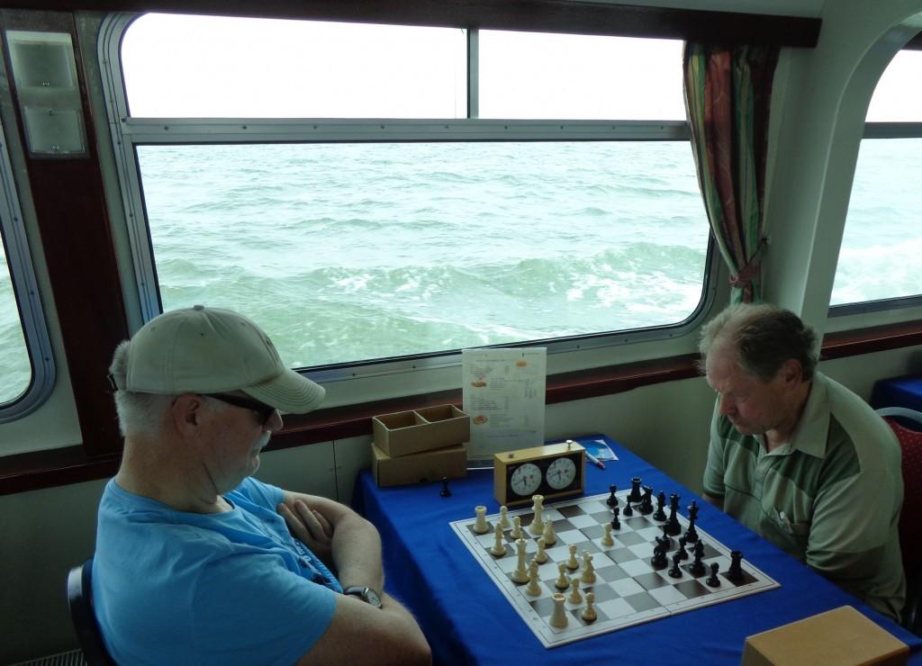 Schaken op de woelige baren. Peter Holscher (links) dwingt met een woelige stelling de zwartspeler tot lang nadenken.