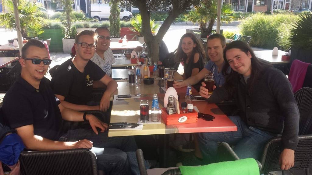 Er is natuurlijk meer dan alleen maar schaken in zo'n week. Voor de voorlaatste ronde gezellig uit eten met onze supporter Michaël van Liempt (Foto: Michaël).