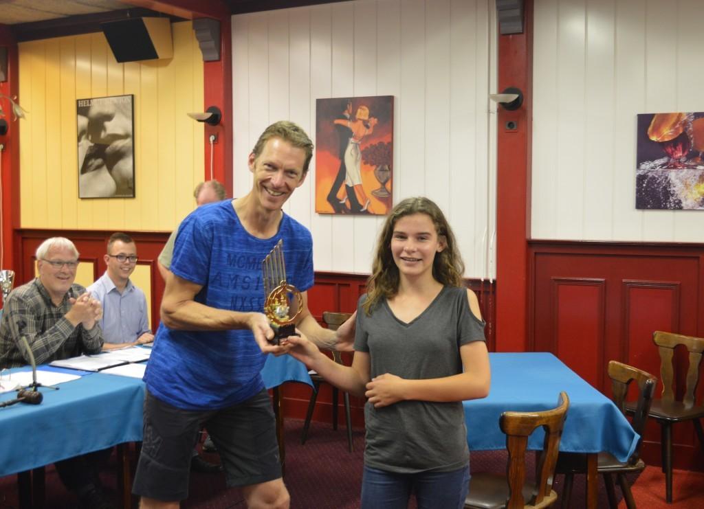 Een mooie traditie. De vorige winnaar van de Jan Haijertrofee (Ron Deen) draagt de prijs over aan zijn opvolger, Robin Duson.