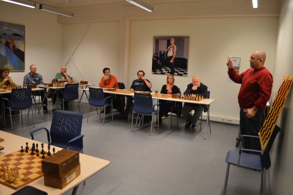 Overzicht van de eerste beginnerscursus van Caïssa-Eenhoorn. Docent Ronald Ritsema legt de loop van een stuk uit.