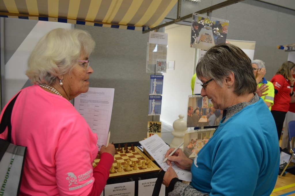 Twee bezoeksters bij de kraam van Caïssa-Eenhoorn die meteen de naam van Max Euwe noemden.